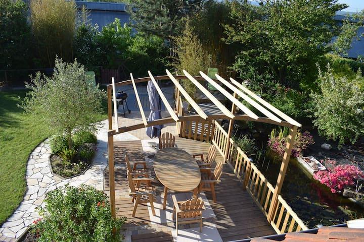 maison en bois avec jardin  bassin terrasses
