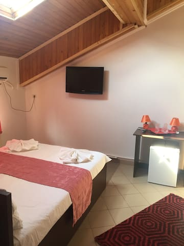 Orange bedroom for 4 persons in Mamaia