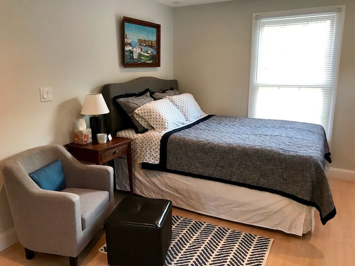 Spacious * Park/Walk * Queen Bd * TV * Breakfast