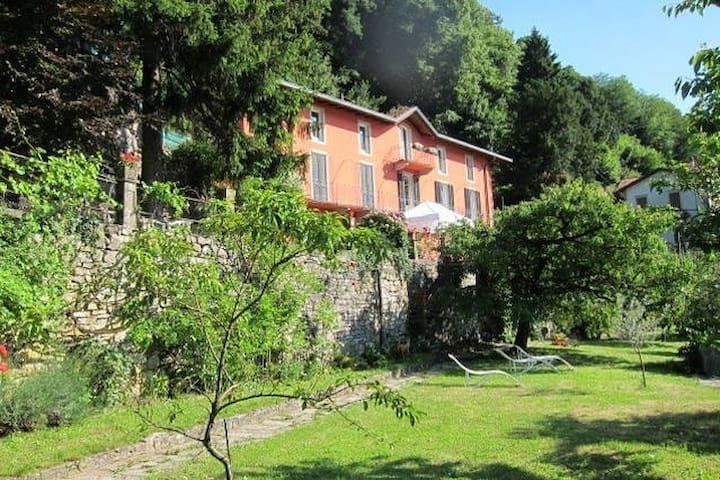 Villa, garden, amazing view: side jasmin, 5 beds - Torno - Apartmen