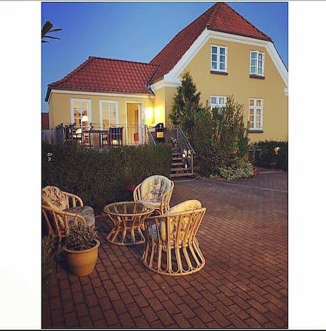 Det gule hus! - Charmerende og stor villa