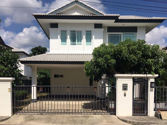 3BR/2.5BA Clean&Bright Private Home