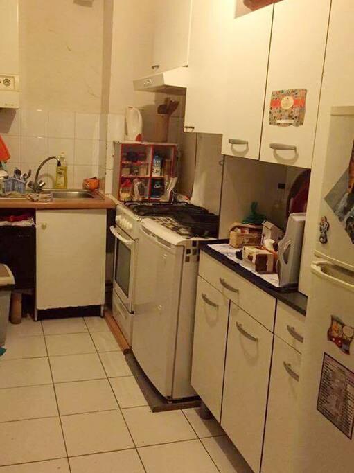 Cuisine bien équipée (bouilloire, grille pain, micro onde, four, gazinière, réfrigérateur, congélateur, vaisselle,...