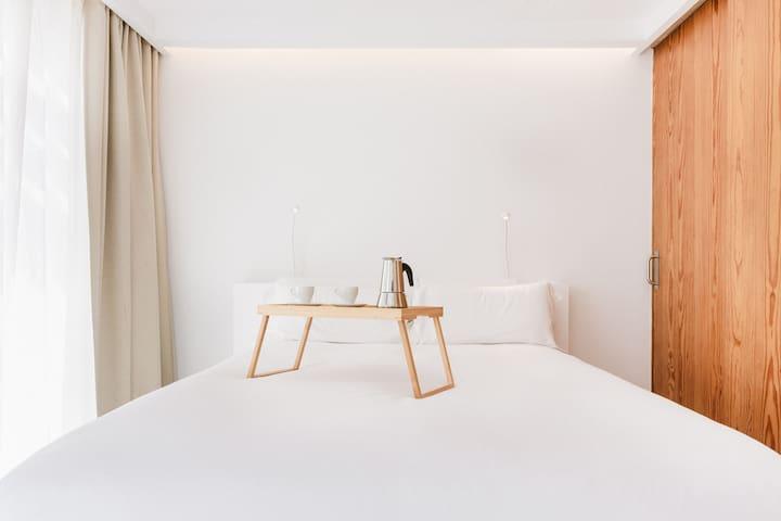 Dormitorio principal con smart tv con netflix y acceso a la terraza con cocina/barbacoa