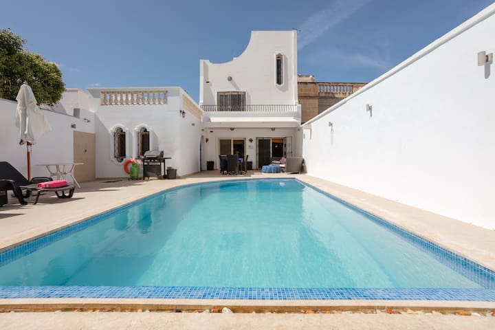 St Julian's - Villa with a large private pool.