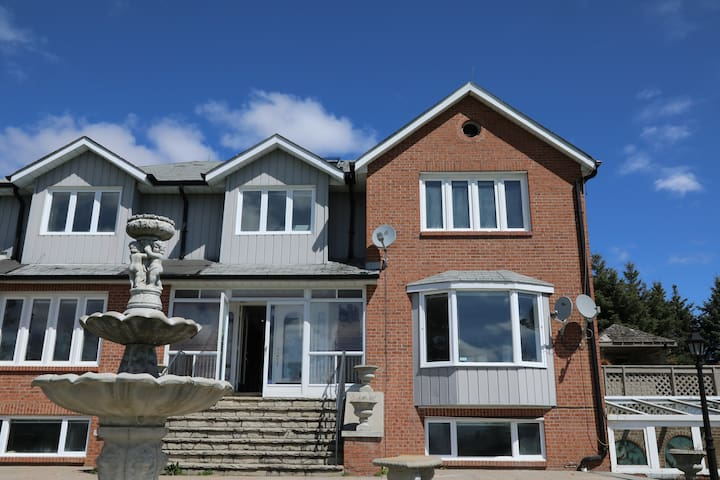 Large comfortable house in Stouffville