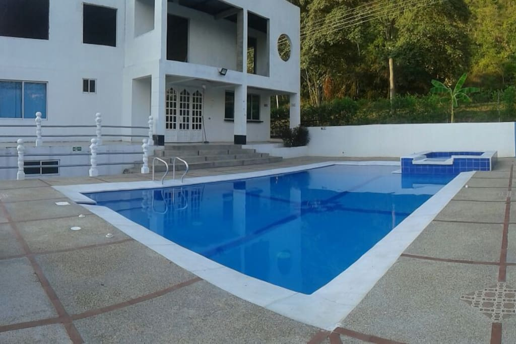 fachada de la casa, casa con piscina y jacuzzi