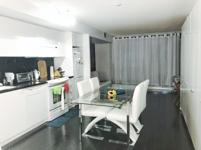 1 Bedroom with pool + amenities on King West