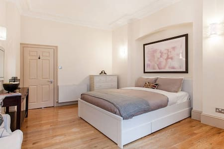 Amazing 2-bed in former Embassy of Norway - Londen - Appartement