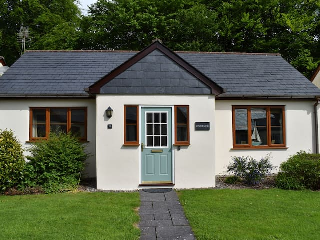RIVERSIDE, family friendly, with a garden in Camelford, Ref 981211