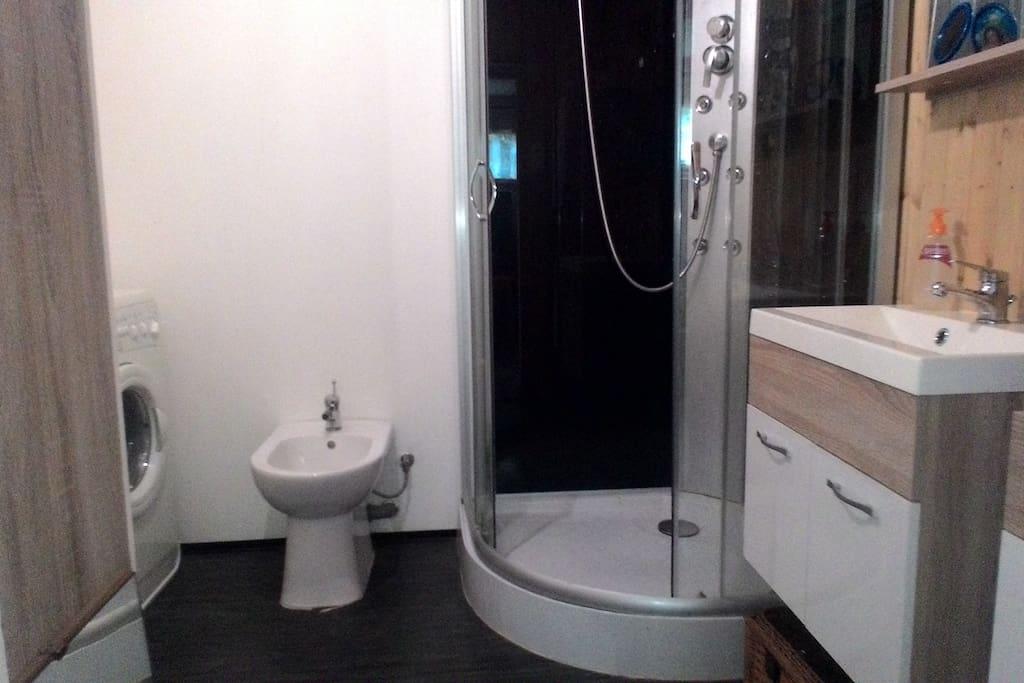 Massage shower bath, bidet, WC. Masážní sprchový box, bidet, wc.