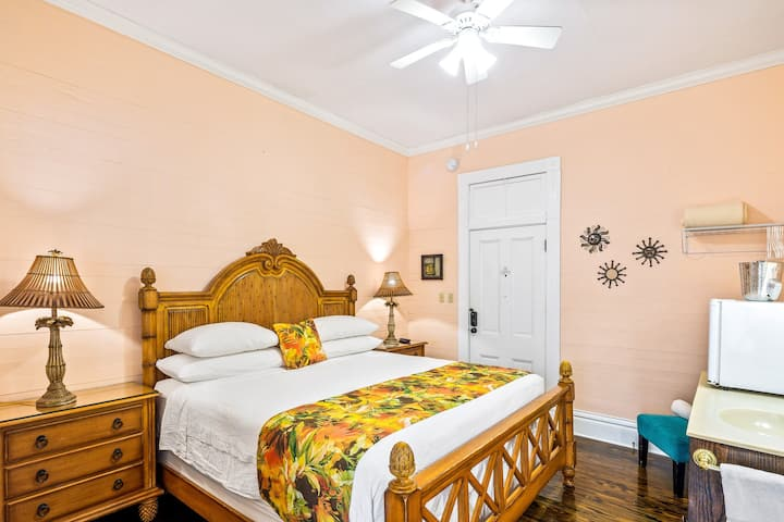 Charming main-floor suite in historic bed & breakfast - shared swimming pool!