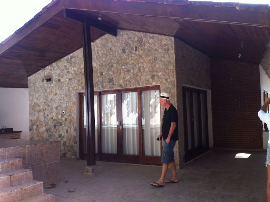 Casa térrea com churrasqueira e piscina na frente da casa ,toda a casa da para o quintal .