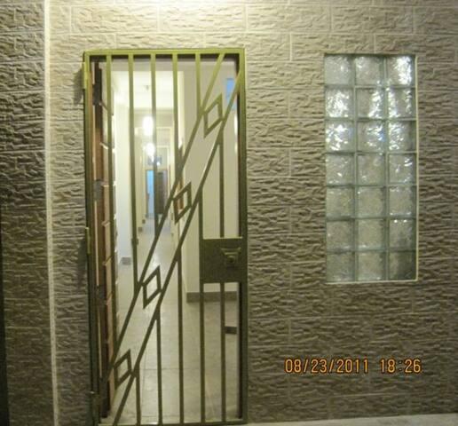 Seguridad del edificio. cuenta con reja y puerta de madera.