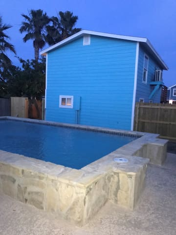 ★Crank It Down Cottage 2  W/ Pool Blocks to beach★