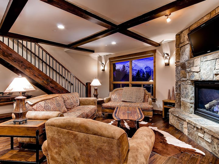 Retreat at Lewis Ranch: Walk to Lift, Private Hot Tub, Shuttle, Gas Grill| Sleeps: 4 Bedroom, 4.5 Bathroom