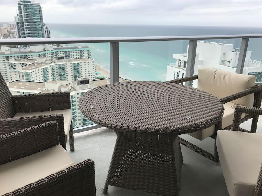balcón integrado con mesa