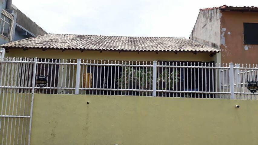 Alugo casa a 3 casas do mar e no centro de Pinhal