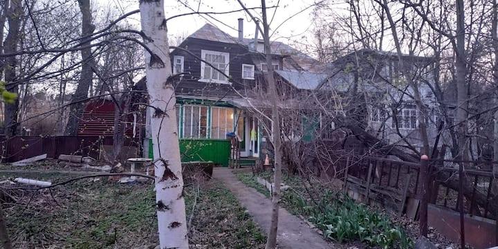Домик со своим двором в историческом месте Москвы