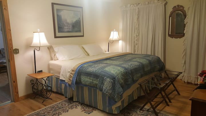 The Glen Bedroom @ Breezy Oaks Bed & Breakfast
