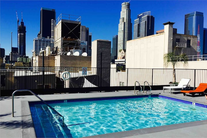 Los Angeles Downtown Room w/100MBS, Pool & Jacuzzi