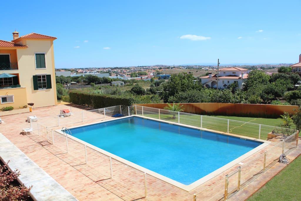 Vista maravilhosa do terraço - jardim, piscina e o campo