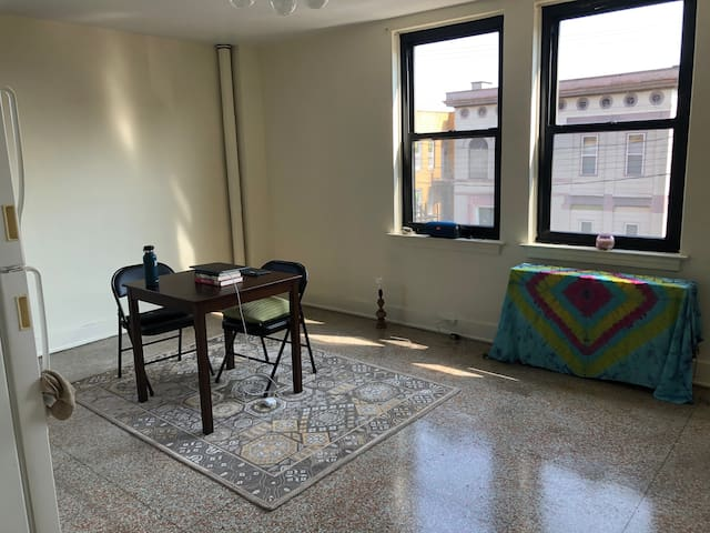 Bright and tidy one bedroom in North Oakland