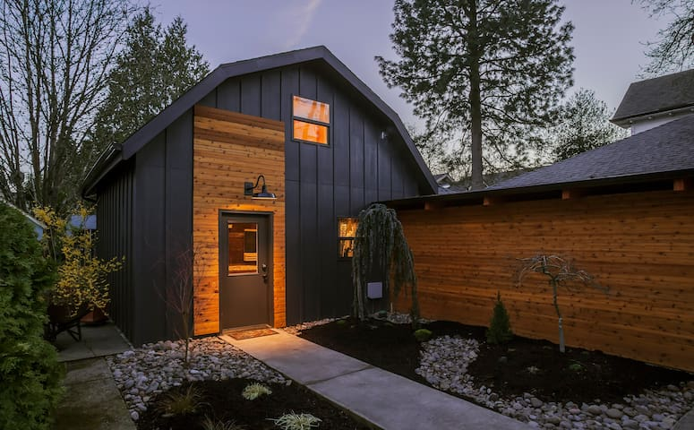 Sellwood guest cottage on the bluff - Portland - Huis