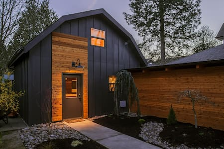 Sellwood guest cottage on the bluff - Portland - House