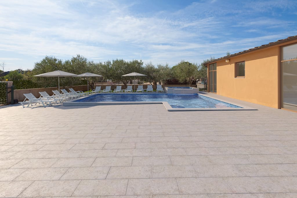 Large 60 m2 pool with whirlpool