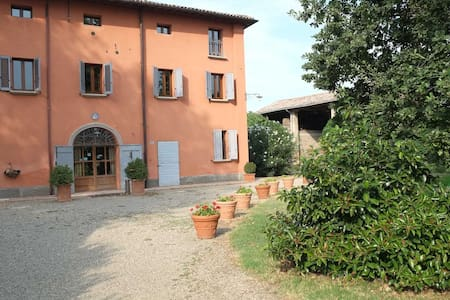 Country Home Prato dei Conigli : camera romantica - Castelfranco Emilia - วิลล่า