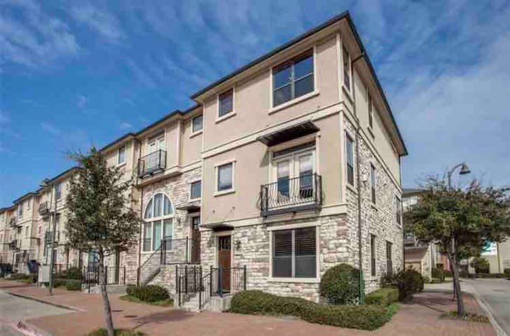 Beautiful! Luxury Townhome @ Shops at Legacy Plano