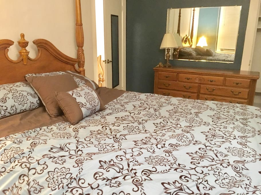 Queen size bedroom:  on the first floor, steps away from the dinning room and kitchen, now that's convenience.