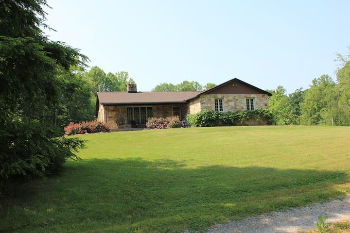 Luxury Stone Lodge sleeps 10 to 14, close to NRG - Fayetteville