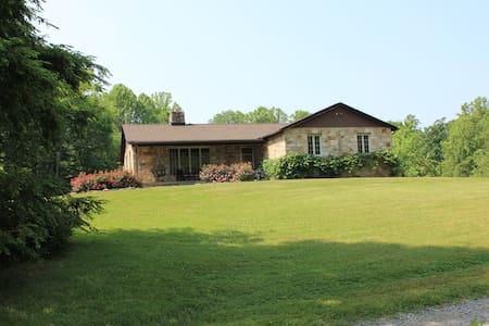 Luxury Stone Lodge sleeps 10 to 14, close to NRG - Fayetteville - Maison