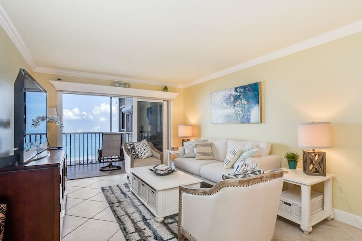 Second-floor, oceanfront condo w/beach & water views, shared outdoor pool