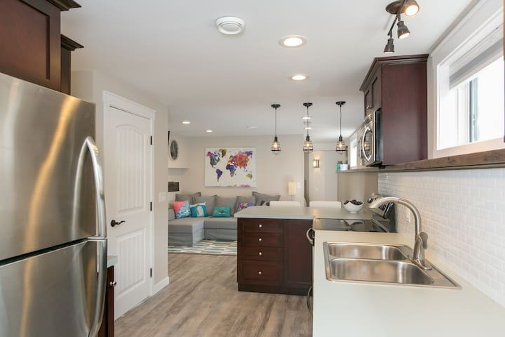Modern, clean, cool studio w/ kitchen, laundry - Kelowna - Guest suite