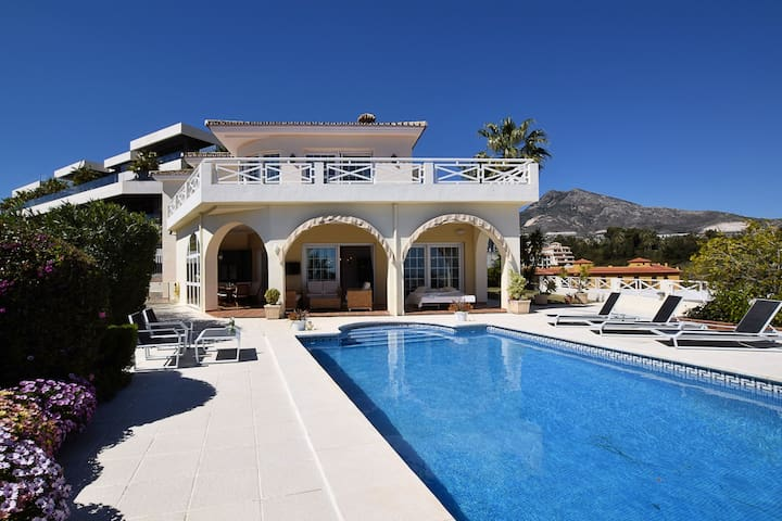 Gorgeous Villa in Benalmádena with Jacuzzi & Pool