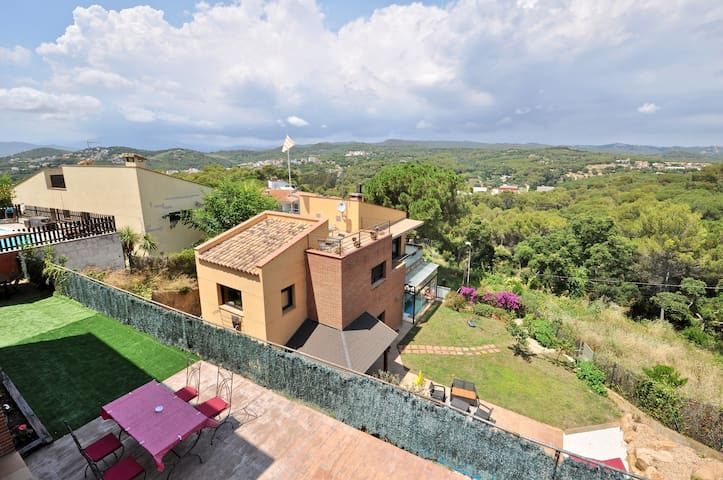 Villa Carmens, panoramic mountain views, private pool, 4 bedrooms, 8 people, barbecue,