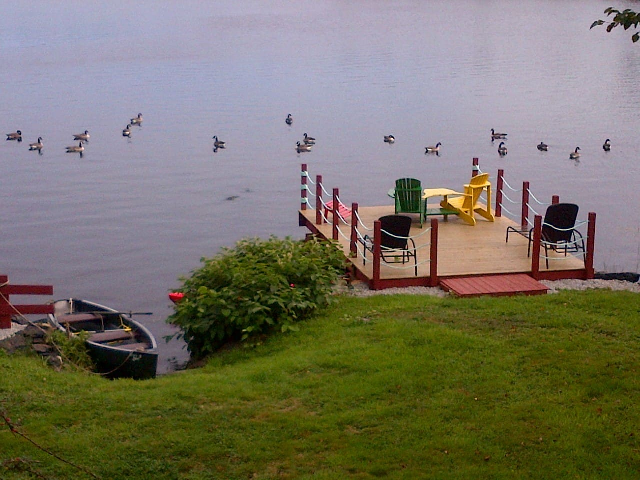 Dock for bass fishing, relaxing.  Two kayaks, one rowboat ... with geese and ducks !  Spend time enjoying a nap, a bottle of wine, or / and peace and quiet.