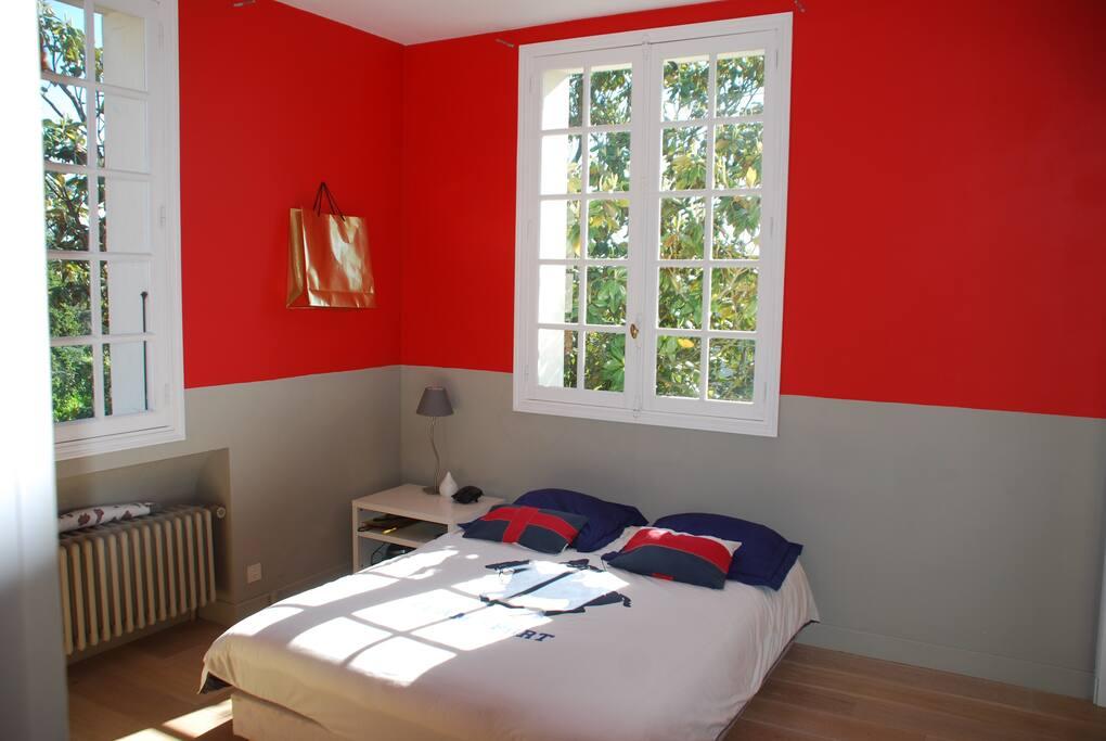 Chambre avec 2 fenêtres sur le jardin, literie en 160x200