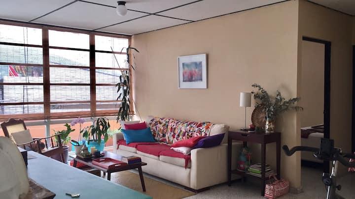 Habitación amplia en apartamento con piscina