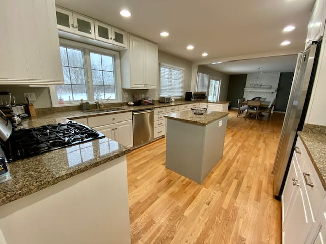 LG Luxury home 2 Kitchens Free Parking
