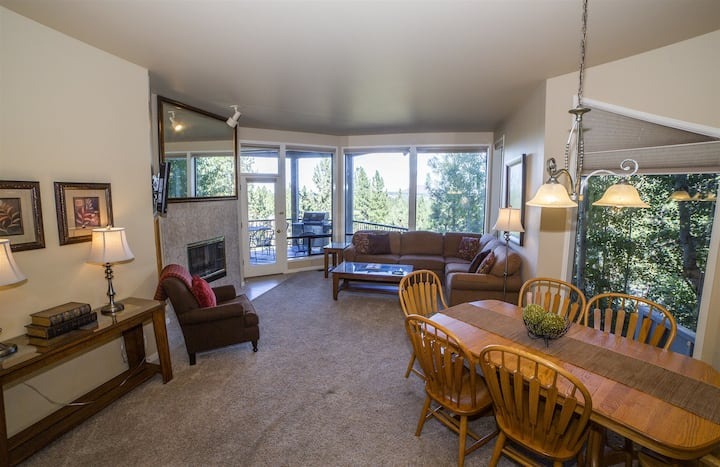 Panoramic stunning views of Pilot Butte, sleeps 6, River Ridge 2, Mt. Bachelor Village Resort, Private Hot Tub, Swimming Pool, Air Conditioning, Fireplace, WiFi