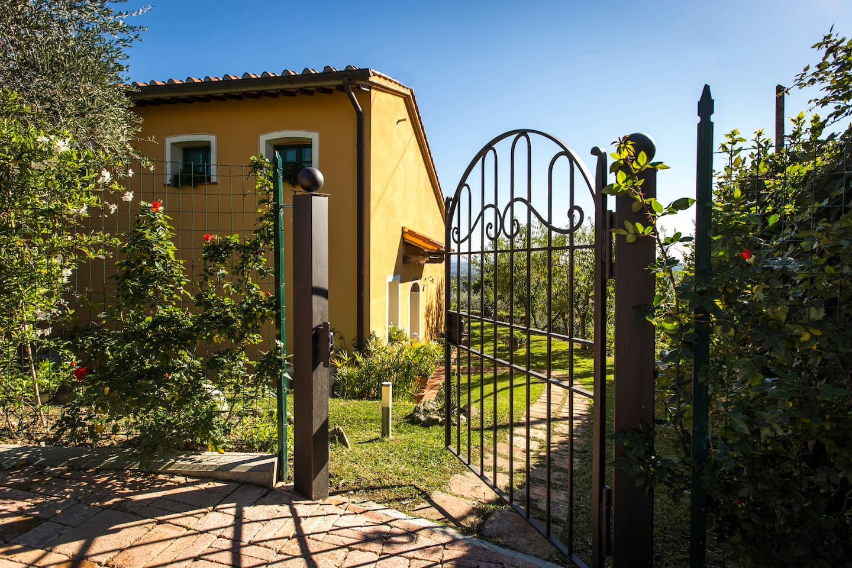 Cottage mit Hügelblick und Pool - Eingangstürchen