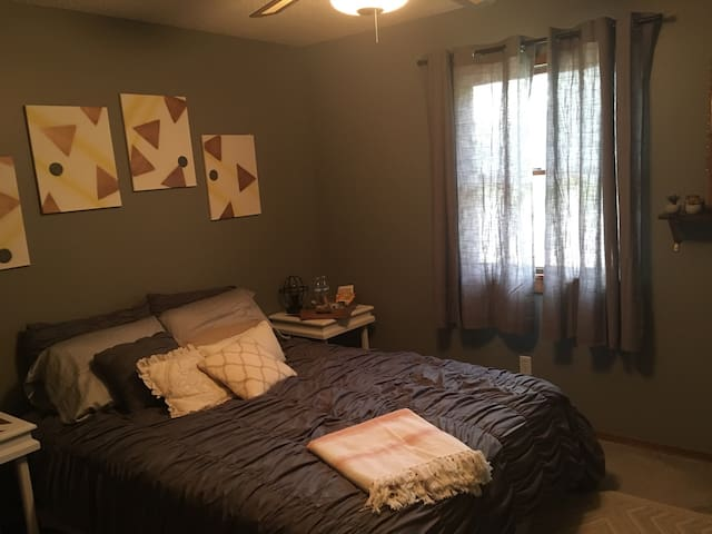private neutral guest room in family-friendly home - Wichita - Casa