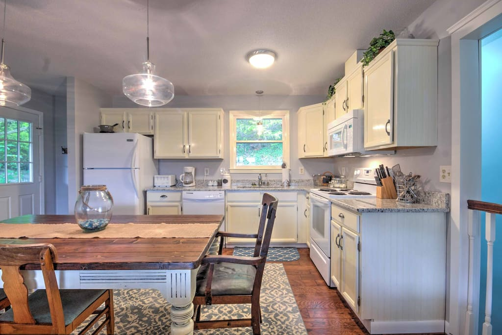 Cooking for 8 is an effortless task in this fully equipped kitchen.