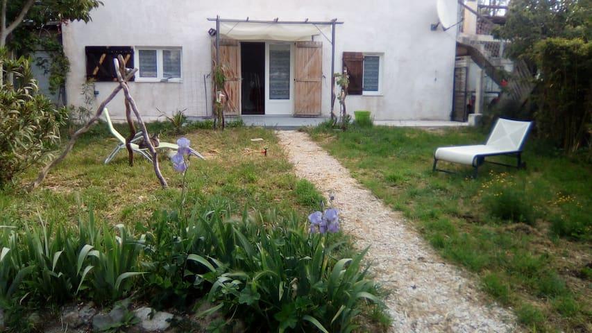 T2 indépendant avec jardin et stationement privé