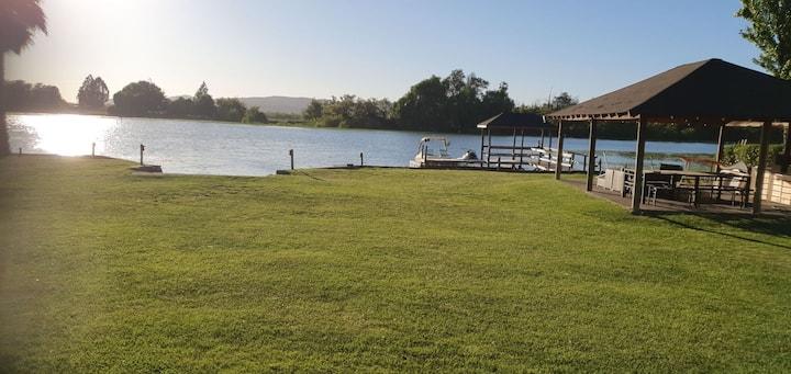 Casa en Lago Rapel, con orilla propia.