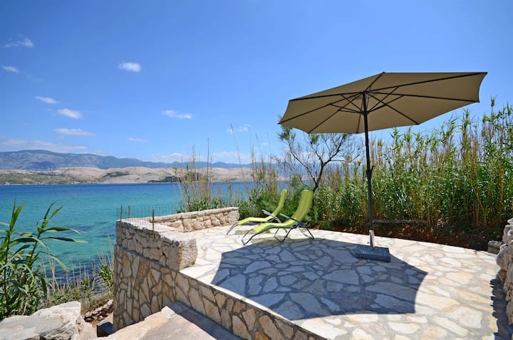 One bedroom Peaceful authentic remote cottage, beachfront in Pag - island Pag